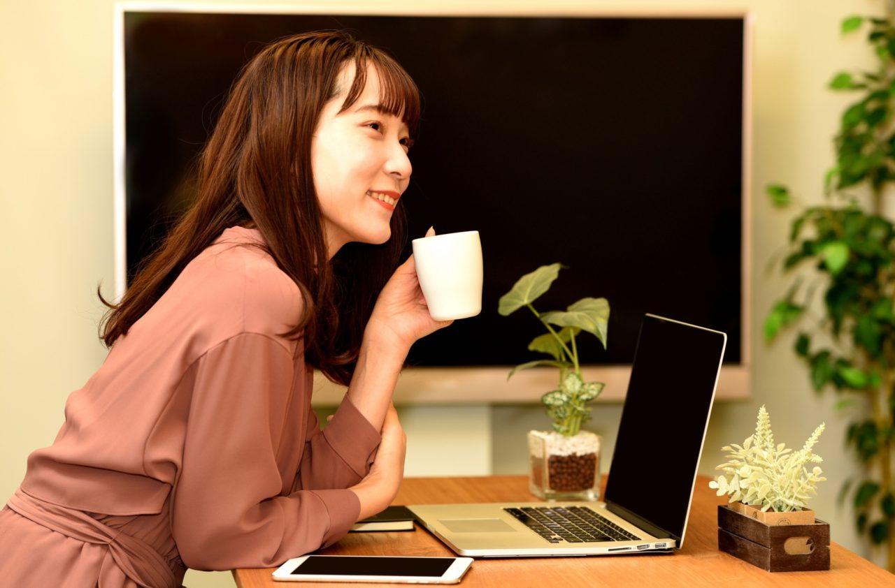 カップを持っている女性の写真